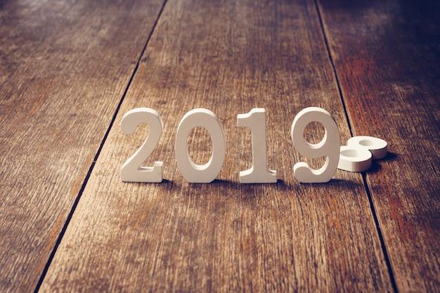 Números de madera formando el número 2019