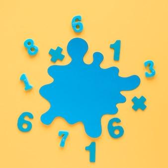 Números matemáticos coloridos y mancha azul vista superior