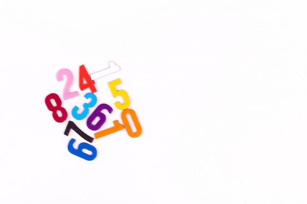 Números. material montessori para el estudio de niños matemáticos en la escuela, preescolar, jardín de infantes. concepto educativo lay flat. copia espacio
