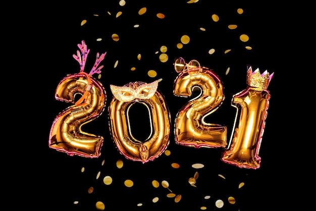 Números de oro sobre fondo negro en accesorios de carnaval, fiesta de año nuevo