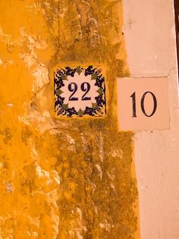 Números en una pared en rhodes grecia