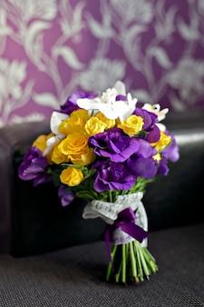Nupcial hermoso ramo romántico de varias flores