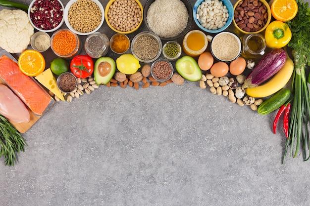 Nutrición equilibrada, surtido de productos ecológicos, fuentes de nutrientes, propiedades inmunitarias con frutas,