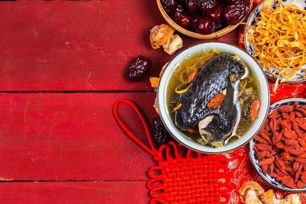 Nutrición y salud de la sopa de pollo de hueso negro.