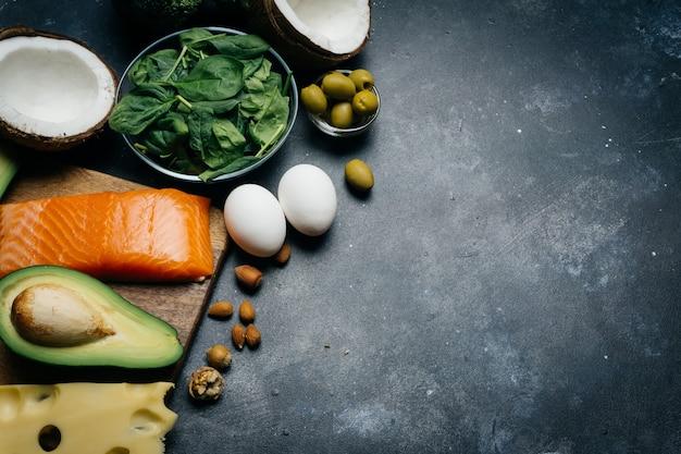 Nutrición saludable con productos bajos en carbohidratos y altos en grasas