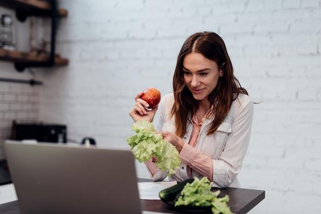 Nutricionista explica los principios de una dieta saludable a través de internet.