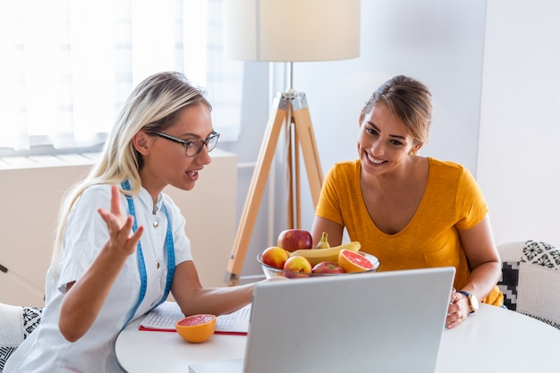 Nutricionista femenina dando consulta al paciente