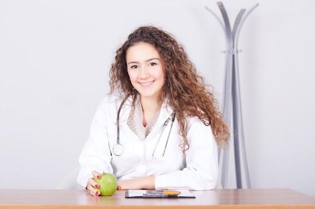 Nutricionista femenina trabajando en su estudio
