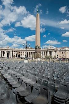 Obelisco en la plaza de san pedro en roma