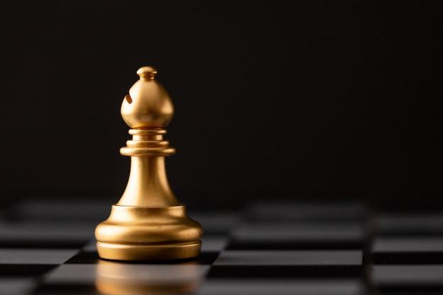 Obispo de oro en el tablero de ajedrez