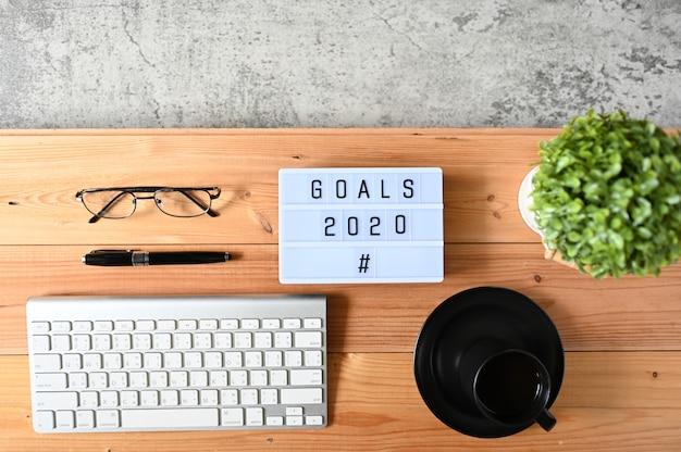 Objetivos 2020 en el escritorio de oficina