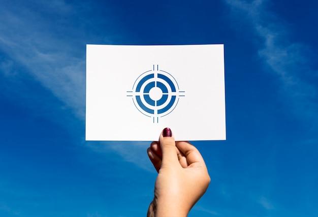 Los objetivos se centran en la aspiración de papel perforado en diana