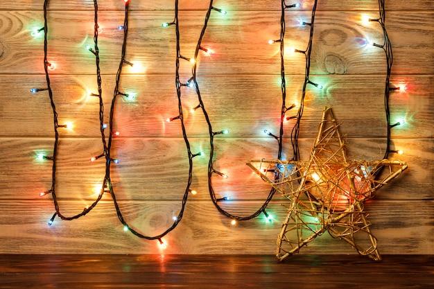 El objeto estrella está en el suelo contra el fondo de una pared de madera. gran estrella