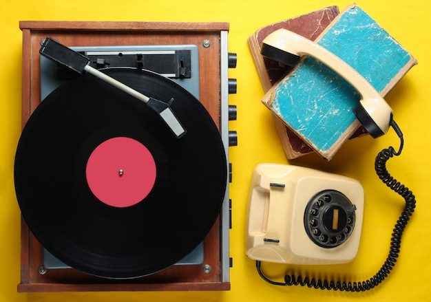 Objetos anticuados sobre fondo amarillo. estilo retro, años 80, cultura pop.