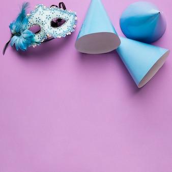 Objetos de carnaval azul con espacio de copia