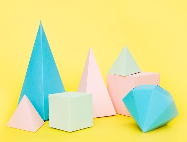 Objetos geométricos de papel de colores