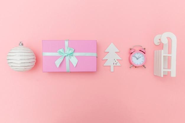 Objetos de invierno de composición simplemente mínima adorno aislado fondo rosa