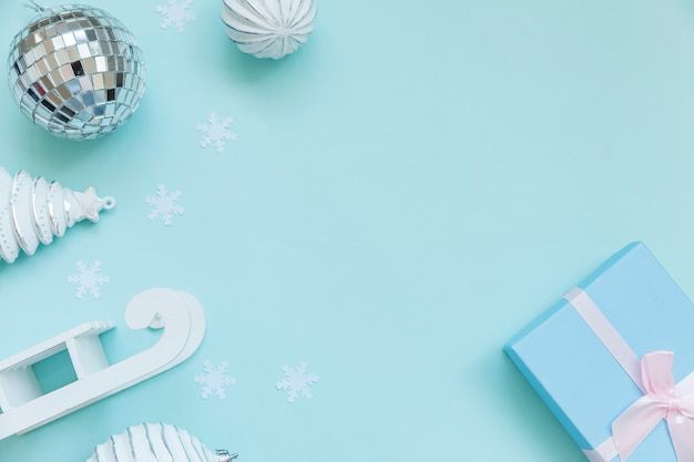Objetos de invierno de composición simplemente mínima adorno caja de regalo aislado fondo azul