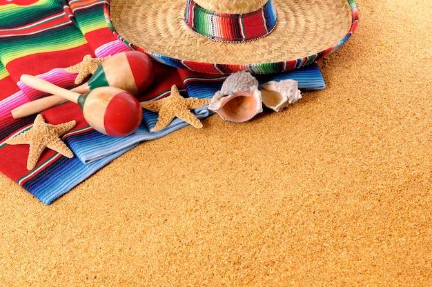Objetos mexicanos sobre la arena