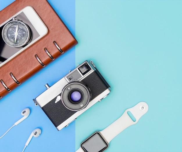 Objetos y objetos de viaje en copyspace azul
