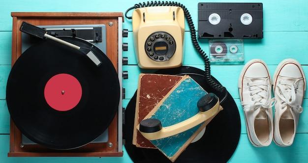 Objetos obsoletos en el fondo de madera azul. estilo retro, años 80, pop media
