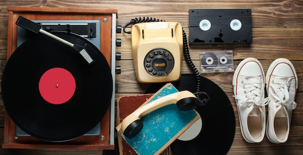 Objetos obsoletos sobre fondo de madera. estilo retro, años 80, pop media