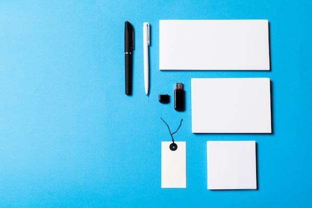 Objetos de oficina en blanco organizados para la presentación de la empresa.