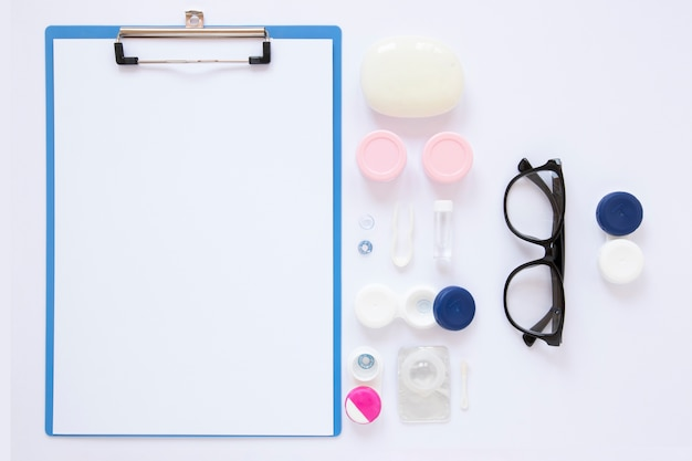 Objetos ópticos junto a la maqueta del portapapeles