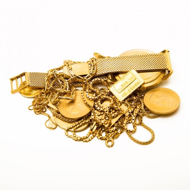 Objetos de oro sobre blanco.