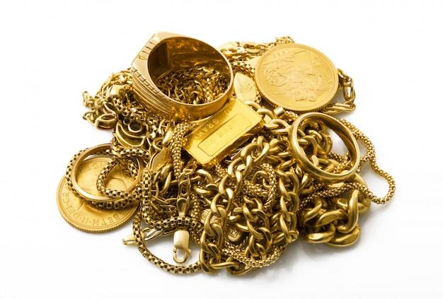 Objetos de oro sobre fondo blanco.