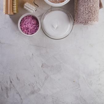 Objetos de spa en superficie gris con copy space