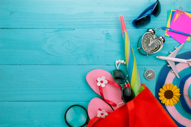 Objetos de verano de accesorios de verano hermoso sobre fondo de madera azul con copyspace