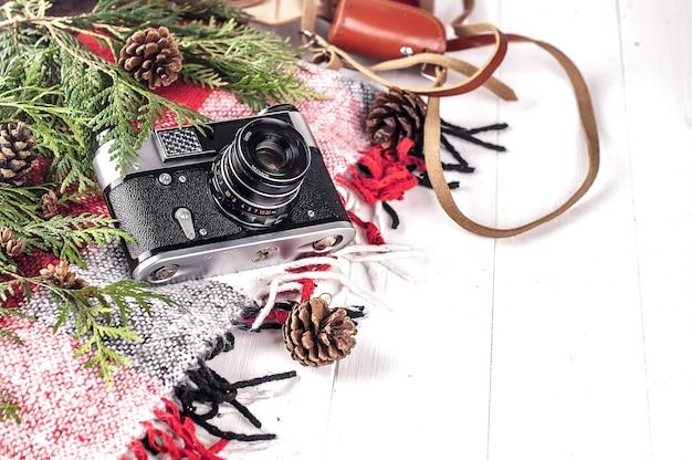 Objetos de vista superior estilo de vida esencial del artista. cámara de película retro vintage y una manta.
