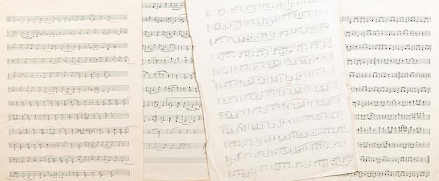 La obra del compositor popular uzbeko hoja de papel vintage con notas musicales escritas a mano