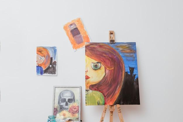 Obras de pintor en taller.