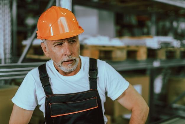 Obrero dentro del edificio del almacén. hombre trabajando.