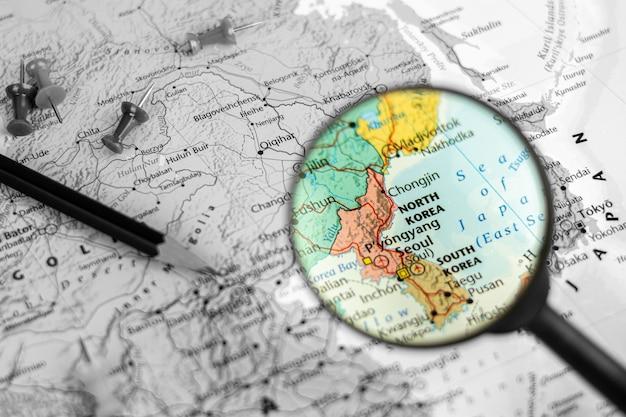 Observe el dispositivo y la lupa selectivos en el mapa de corea del norte y corea del sur