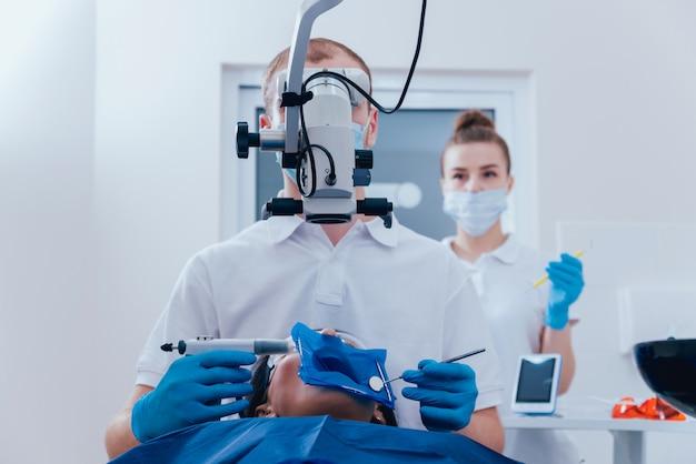 Obturación de los conductos radiculares durante el tratamiento endodóntico.