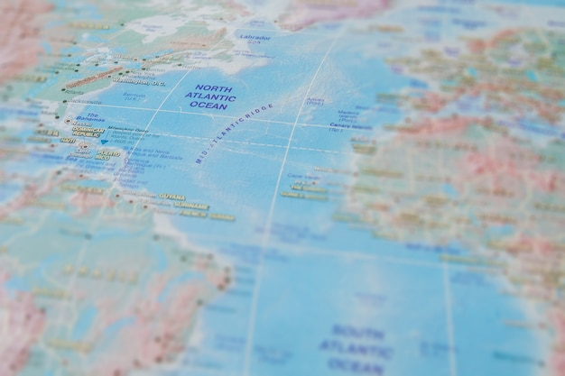 Océano atlántico norte en primer plano en el mapa. centrarse en el nombre del océano. efecto de viñeteado