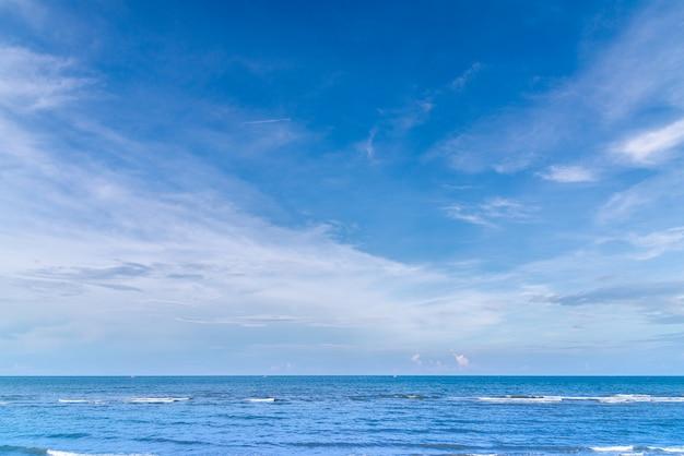 Océano azul con fondo de verano de cielo azul