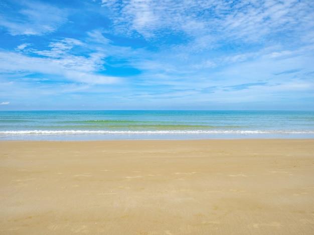 Océano idílico tropical cielo azul y hermosa playa