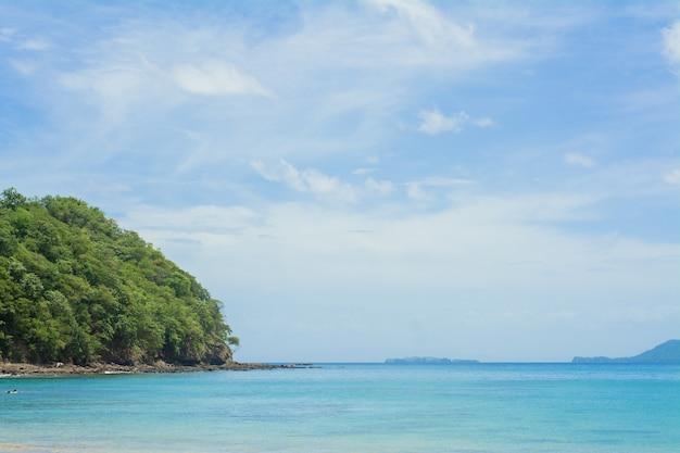 Océano y montañas en costa rica