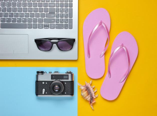 Ocio de verano. el verano relájese. accesorios portátiles y de viaje sobre fondo amarillo. estudio corto. objeto de playa.