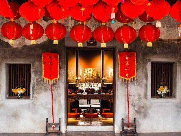 Octubre de 2019, long bangkok tailandia exhibición de linternas chinas rojas, tomadas en las celebraciones del año nuevo chino. el rojo es el color de la suerte para los chinos que cuelgan del techo del santuario