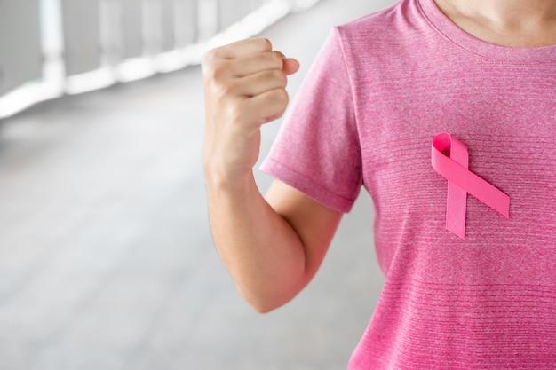 Octubre mes de concientización sobre el cáncer de mama, mujer en camiseta rosa con cinta rosa para apoyar a las personas que viven y padecen enfermedades. cuidado de la salud, día internacional de la mujer y concepto del día mundial del cáncer