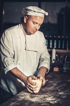 Ocupado chef en el trabajo en la cocina del restaurante
