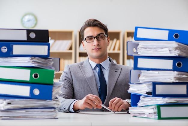 Ocupado empresario bajo estrés debido al trabajo excesivo