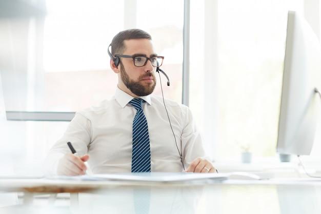 Ocupado gerente de soporte técnico que consulta sobre problemas del sitio web