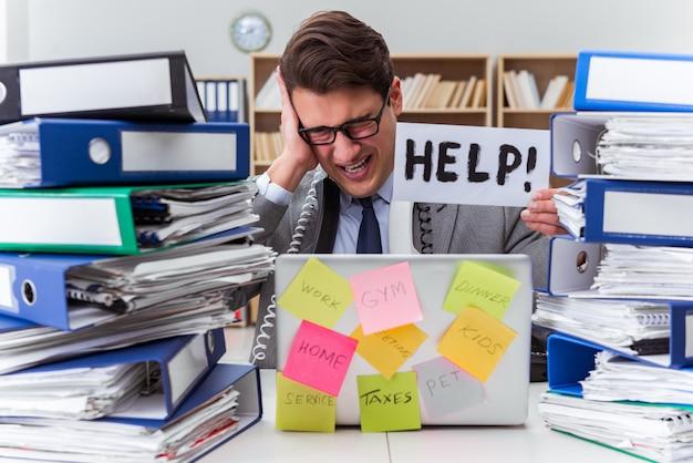 Ocupado hombre de negocios pidiendo ayuda con el trabajo