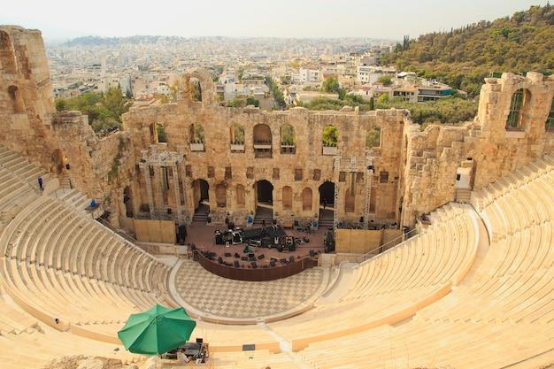 El odeon de herodes atticus es una estructura de teatro de piedra ubicada en la ladera sur de la acrópolis de atenas.